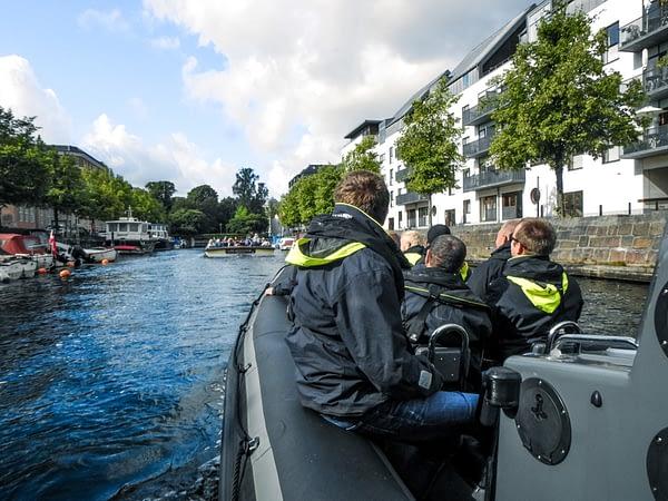 Folk nyder en havnerundfart med en RIB fra RibAlex.dk.